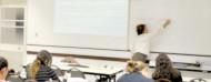 Fotografía de un salón lleno de alumnos