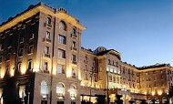 Frente iluminado del Argentino Hotel de Piriapolis