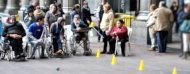 Gente con jugando en frente al Palacio Salvo