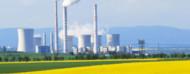 Central nuclear sobre una pradera verde
