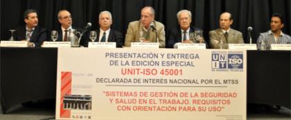 En el estrado: Ministro de Trabajo y Seguridad Social; Vicepresidente del BSE; Presidente del Colegio de Técnicos en Higiene y Prevención de Accidentes; Presidente del Sindicato Único de Prevencionistas del Uruguay; Presidente, Director y Gerente de Certificación de Sistemas de UNIT.
