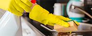 Persona limpiando mesada de cocina
