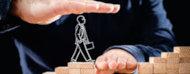 Persona a punto de pasar por un puente hecho con una mano